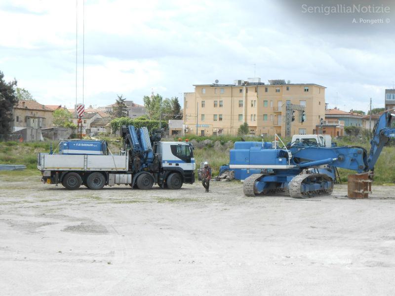 Mezzi per i lavori di demolizione della ciminiera ex Italcementi