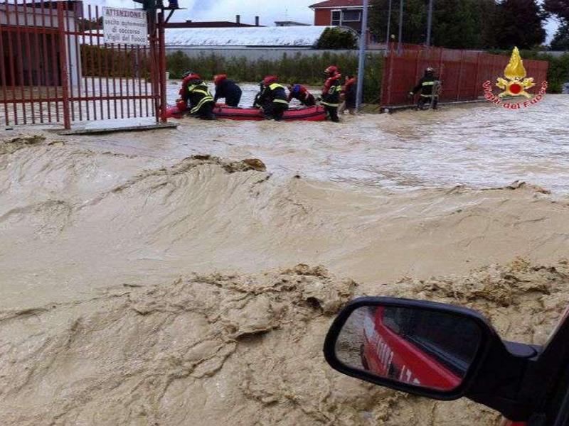 I Vigili del fuoco alle prese con l'alluvione a Senigallia