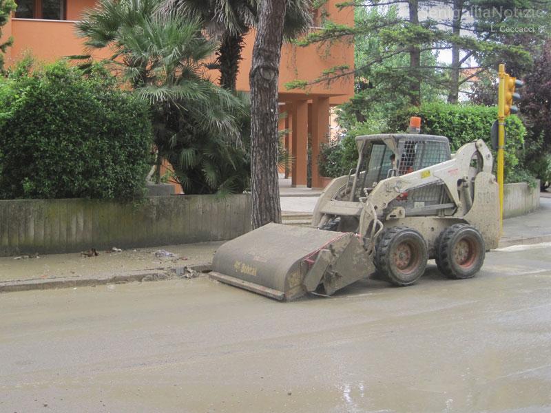 Pulizia delle strade dopo l'alluvione