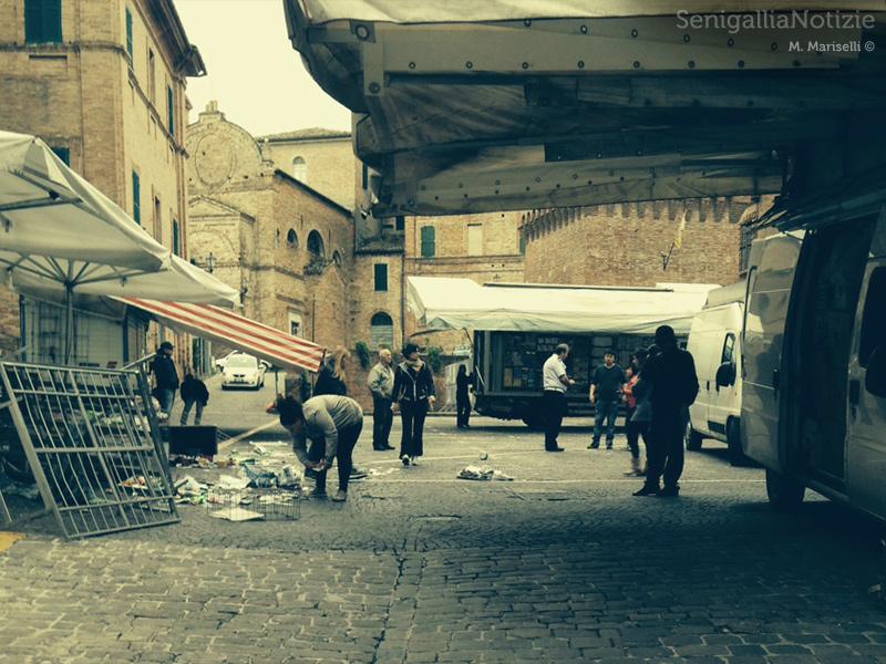Diverbio tra ambulanti in piazza dei Martiri, a Ostra