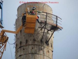 Rimozione del camminatoio in cima alla ciminiera ex-Italcementi di Senigallia