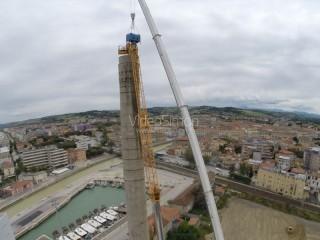 Un drone ha fotografato i lavori di demolizione della ciminiera di Senigallia