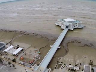 La spiaggia davanti alla Rotonda a Mare dopo l'alluvione