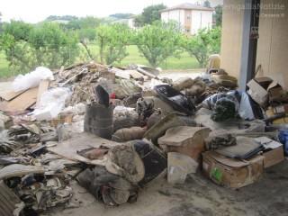 Danni dell'alluvione alla tappezzeria Lucio Paolini