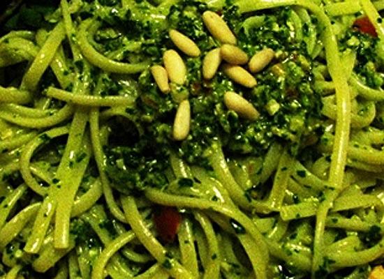 Linguine pesto di rucola, pomodori e olive