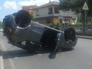 Auto capottata in via Mercantini