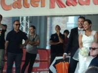Una coppia di sposi sale sul palco in Piazza Roma
