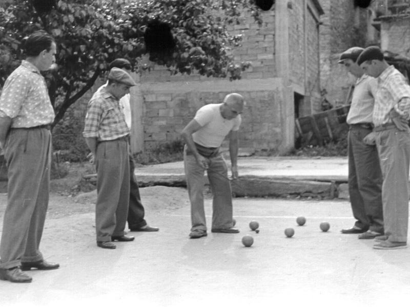 Anziani che giocano a bocce