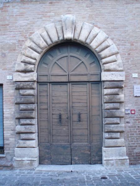 portone del Palazzo Della Rovere di Castelleone di Suasa