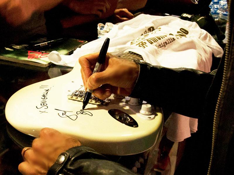 Chitarra autografata da Stef Bruns per amollomanonmollo