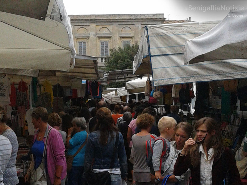 Il mercato in piazza Garibaldi a Senigallia