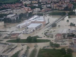 Senigallia alluvionata: la rotatoria dell'ex casello A14, e l'istituto Padovano