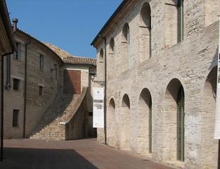 L'ingresso e il cortile della Biblioteca comunale Antonelliana di Senigallia