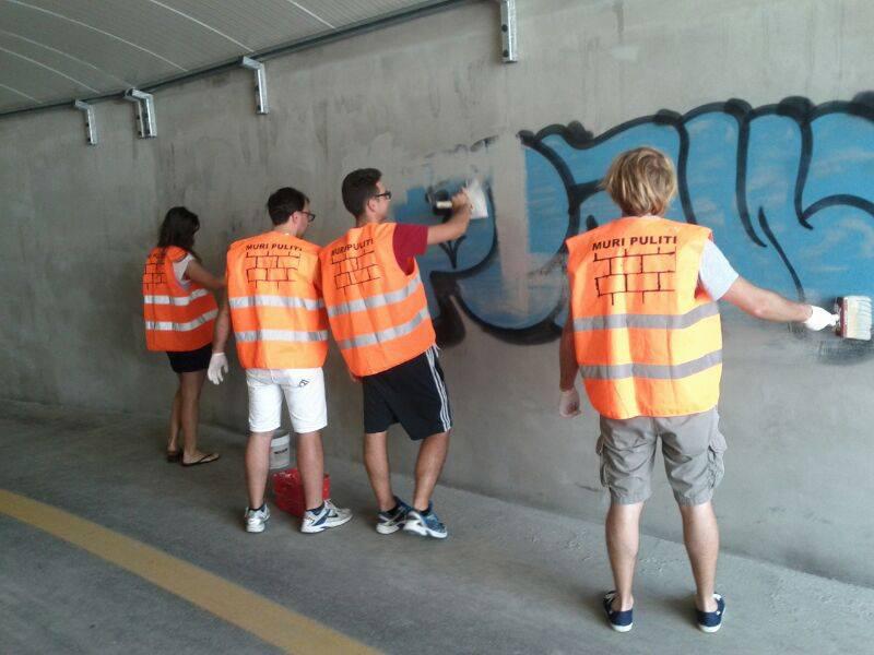 Operazione #muri puliti: via i graffiti dal sottopasso di via Mamiani