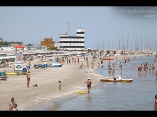 La spiaggia di Senigallia d'estate: ombrelloni e bagnanti