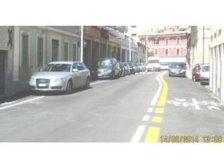 Auto parcheggiate sulla pista ciclabile di via Mamiani