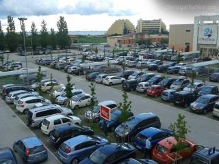 Il parcheggio del centro commerciale Il Maestrale al Cesano di Senigallia