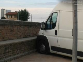 Furgone finisce sul marciapiede di via Portici Ercolani