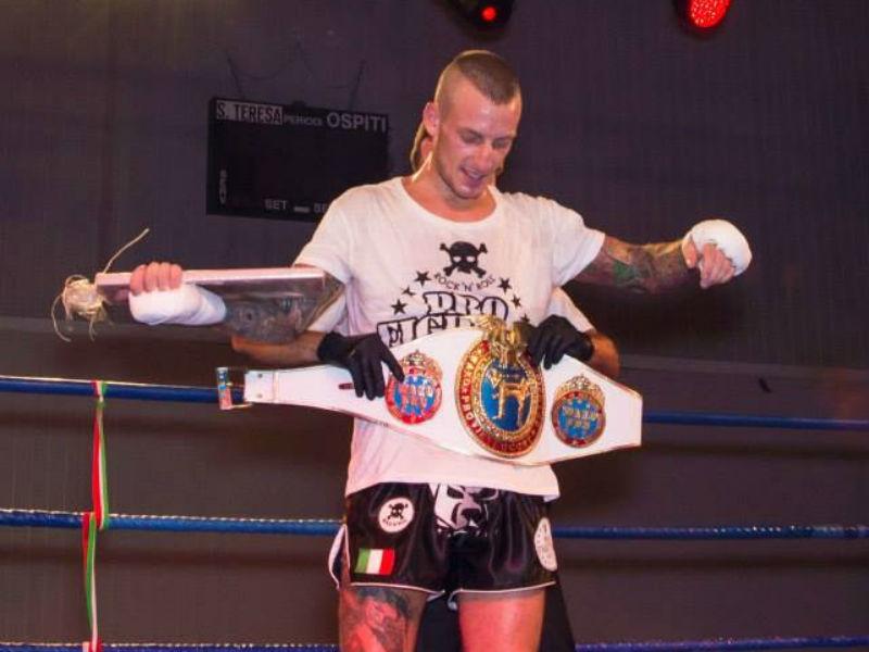 Alessandro Ramazzotti con la corona di campione Intercontinentale