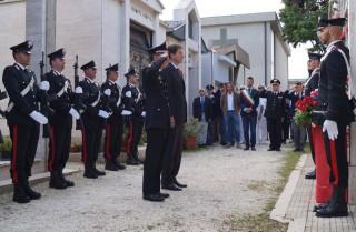 Picchetto d'onore alla tomba del Carabiniere Sante Santarelli al cimitero di Montignano di Senigallia con autorità militari, civili e religiose