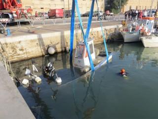Il recupero del natante affondato al porto di Senigallia