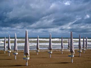 La spiaggia e gli ombrelloni dopo il maltempo su Senigallia e le Marche