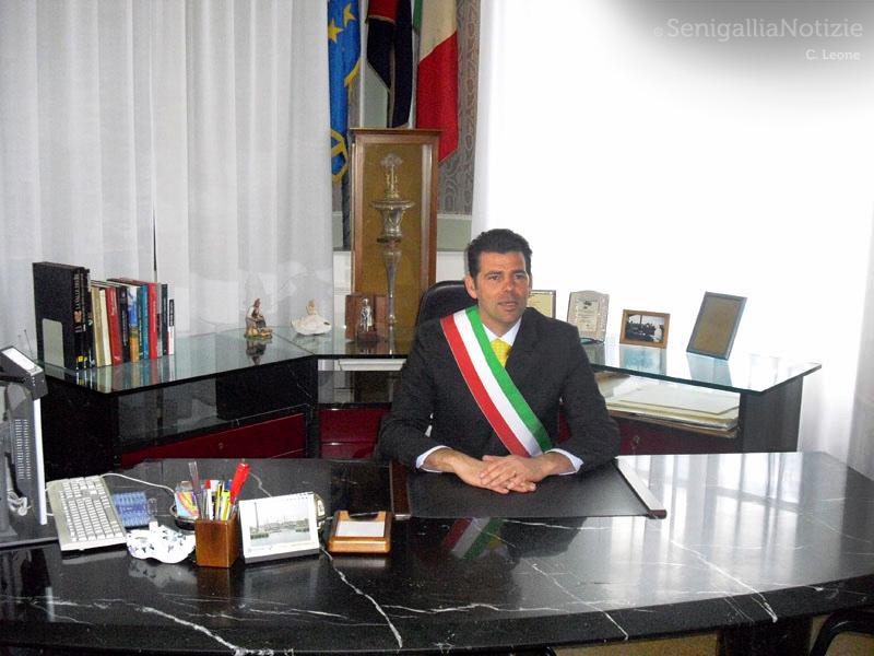 Maurizio Mangialardi eletto sindaco di Senigallia nel suo ufficio comunale