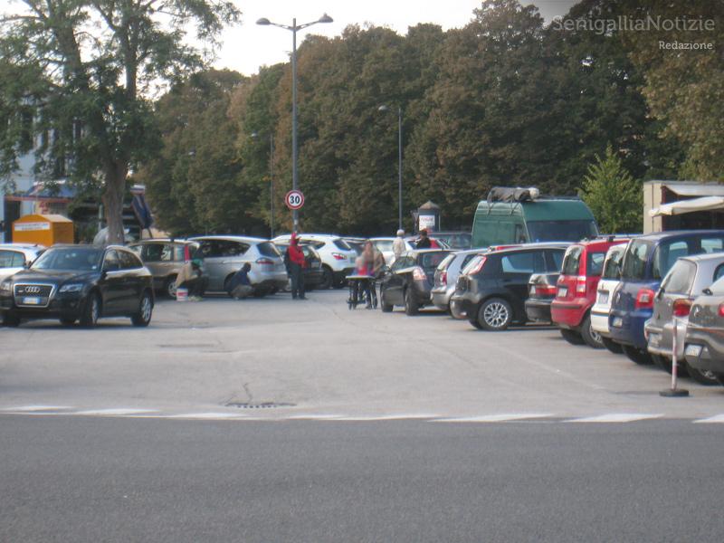 Parcheggiatori abusivi alla pesa pubblica di Senigallia