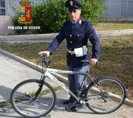 Poliziotto con bici rubata