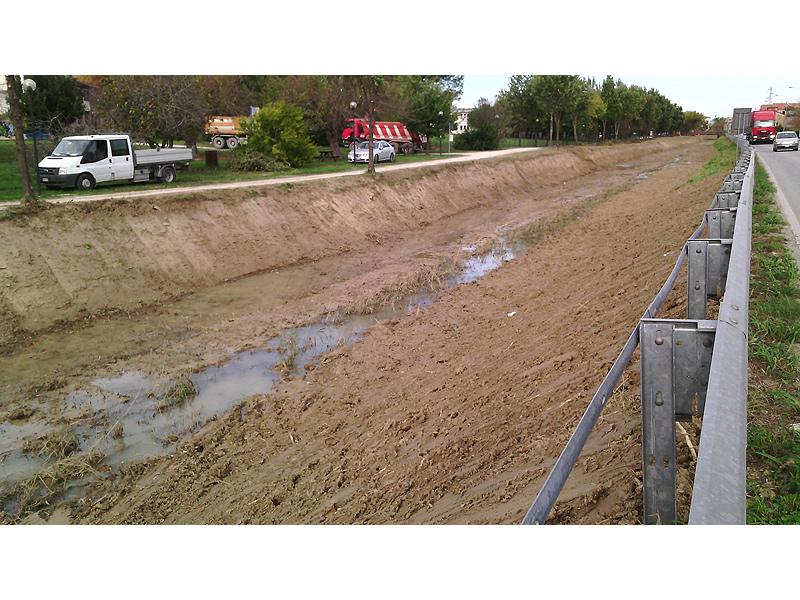 lavori di pulizia del fosso di via Fornaci a Marina di Montemarciano
