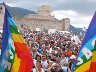 Una delle foto più note della Marcia Perugia-Assisi