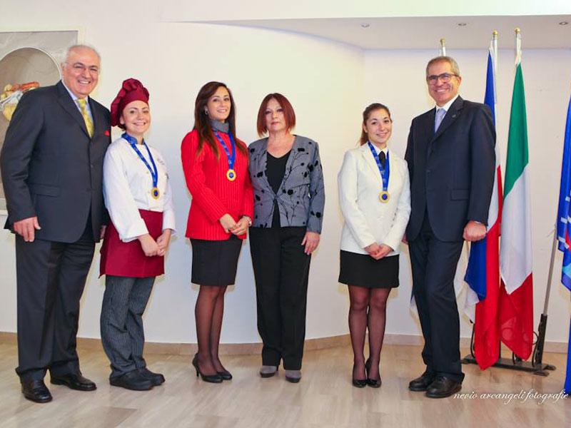 Studentesse del Panzini premiate all'incontro AEHT insieme ai loro professori