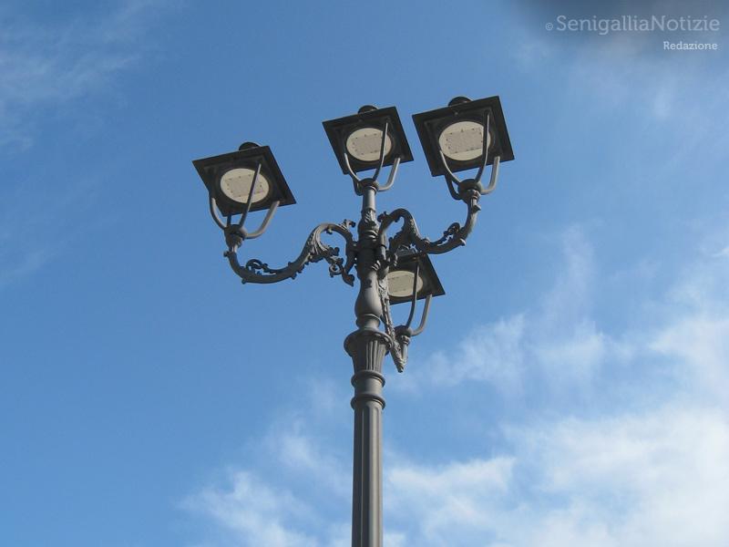 L'illuminazione pubblica in piazza del Duca a Senigallia