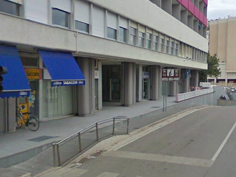 Viale IV Novembre a Senigallia: esercizi commerciale al condominio La Penna
