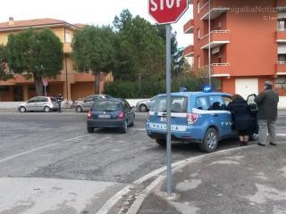 La Polizia Stradale sul luogo dell'investimento, tra via delle Viole e delle Genziane, a Senigallia