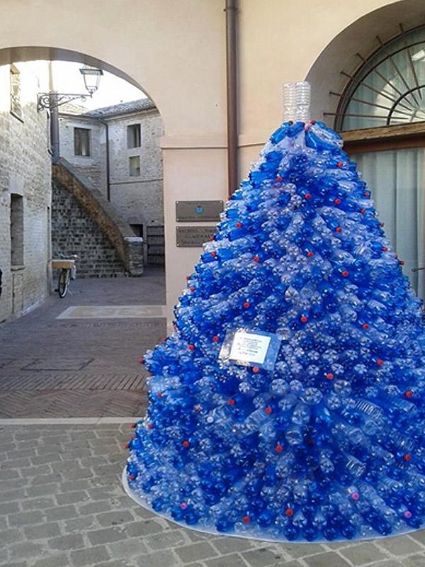 Albero Di Natale Con Bottiglie Di Plastica.A Senigallia Un Ecoalbero Di Natale Con Bottiglie Di Plastica Usate Per Auguri Ecosostenibili Senigallia Notizie