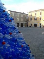 A Senigallia un EcoAlbero di Natale con bottiglie di plastica usate per auguri ecosostenibili