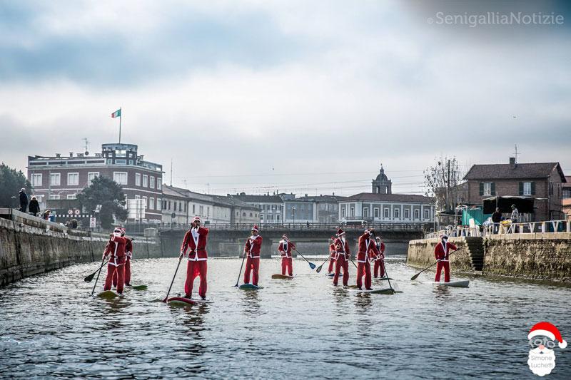 I Babbi Natale in SUP sul Misa - Foto di Simone Luchetti
