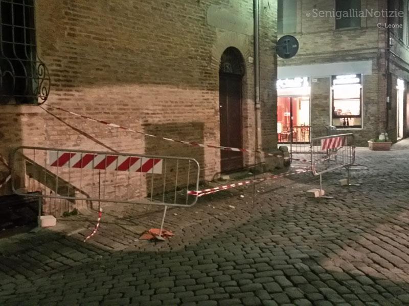 Area transennata in via F.lli Bandiera dopo la caduta di pezzi di cornicione