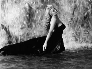 Anita Ekberg nel celebre bagno nella fontana di Trevi