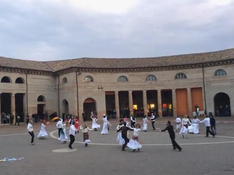Flash mob di pizzica al foro annonario di Senigallia