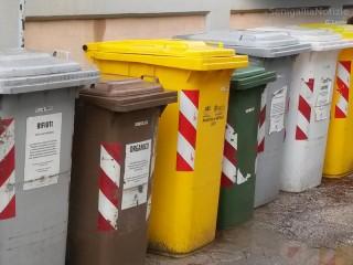 bidoni per la raccolta differenziata dei rifiuti, raccolta porta a porta, gestione dei rifiuti