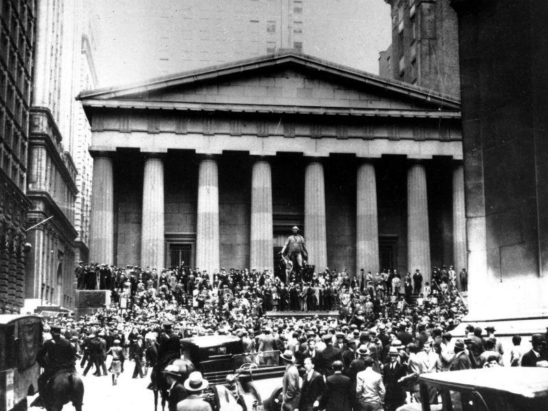 Crisi del 1929: gente fuori dalla Borsa Usa