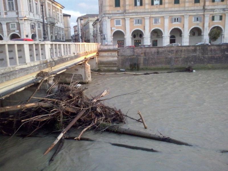 Ponte 2 giugno intasato dai detriti portati dalla piena del Misa