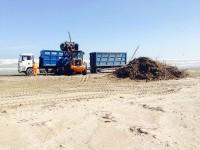 In corso la pulizia della spiaggia dopo la mareggiata