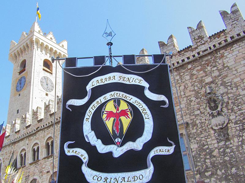 Lo stendardo dell'Araba Fenice di Corinaldo durante una parata a Trento