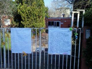 Cartello davanti all'asilo di via delle Mimose contro la vendita della struttura