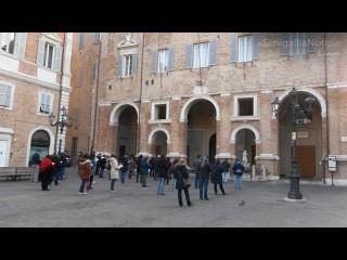 Manifestazione in piazza Roma a Senigallia contro il ddl sull'omofobia