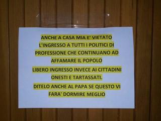 cartello con divieto di ingresso ai politici