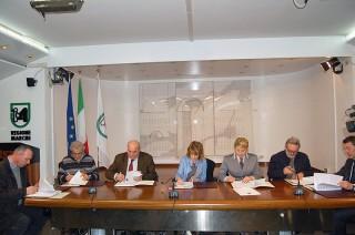 Marche: firmata l'intesa per le modalità autorizzative, il controllo e il monitoraggio delle attività di manutenzione dei corsi d'acqua minori. Nella foto: Netti, Giorgi, Gagliardi e i rappresentanti delle province
